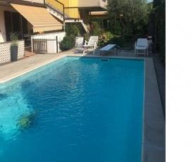 """Appartamento """"Girasole"""" con la piscina privata, due terrazze e 2 giardini"""